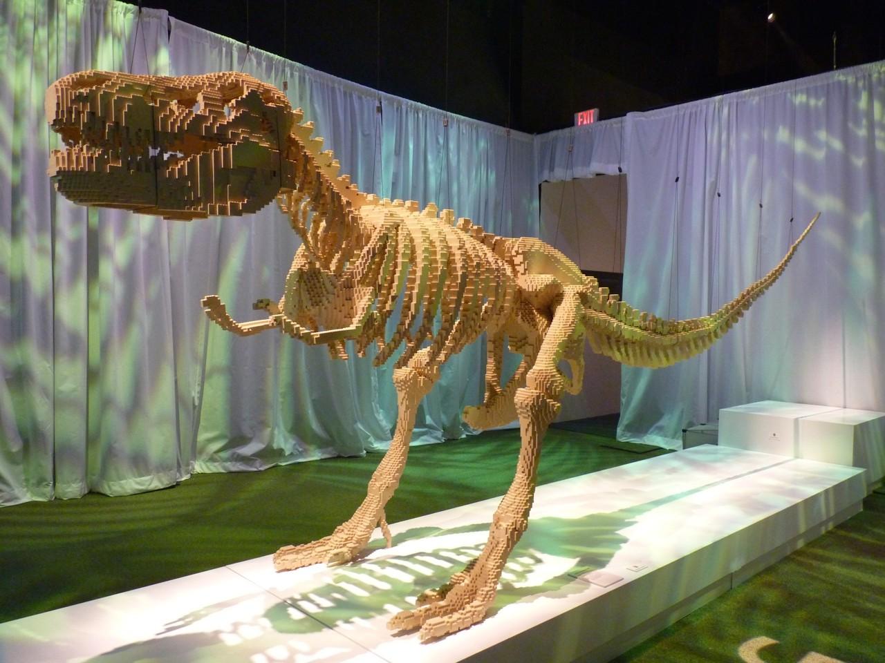 Натан Савайя: лего-скульптура, динозавр