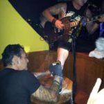 Гитарист Biohazard сделал татуировку во время концерта