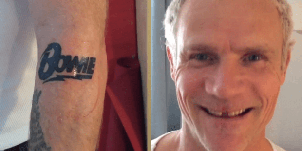 татуировка Bowie на руке Фли из RHCP