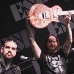 Новая гитара Гэри Холта расписана его собственной кровью
