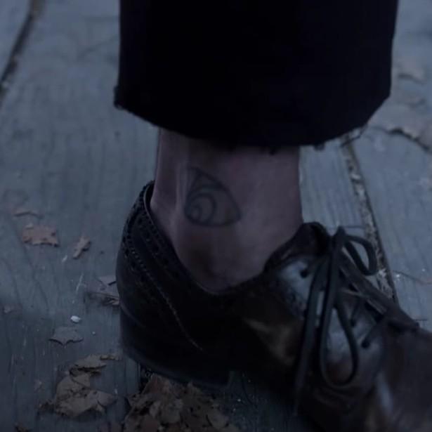 сериал 33 несчастья - татуировка