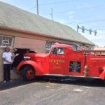 Антикварная пожарная машина въехала в тату-студию