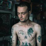 Суд оштрафовал омского художника за татуировку свастики