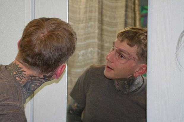 татуировка, очки Ray Ban