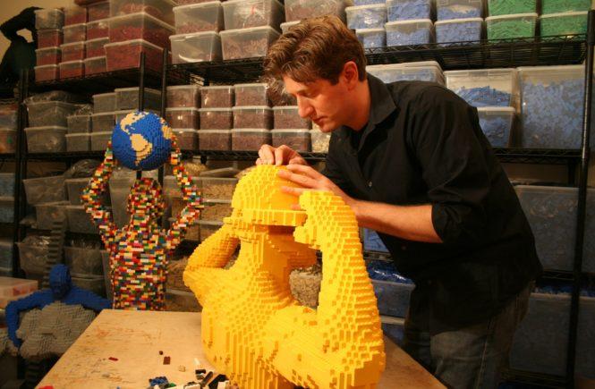 Натан Савайя: лего-скульптура, за работой