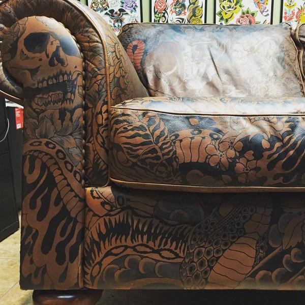 Gina McQueen: ирезуми на кожаной мебели