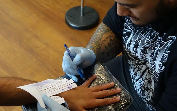 татуировщик Chris Amosa
