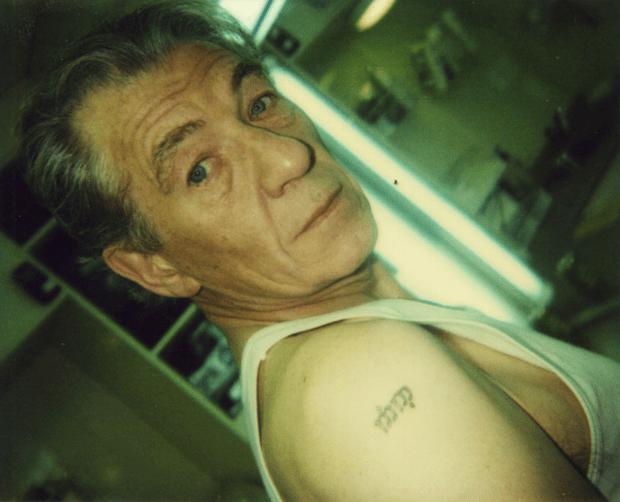 Иэн Маккеллен (Гэндальф) - татуировка девять