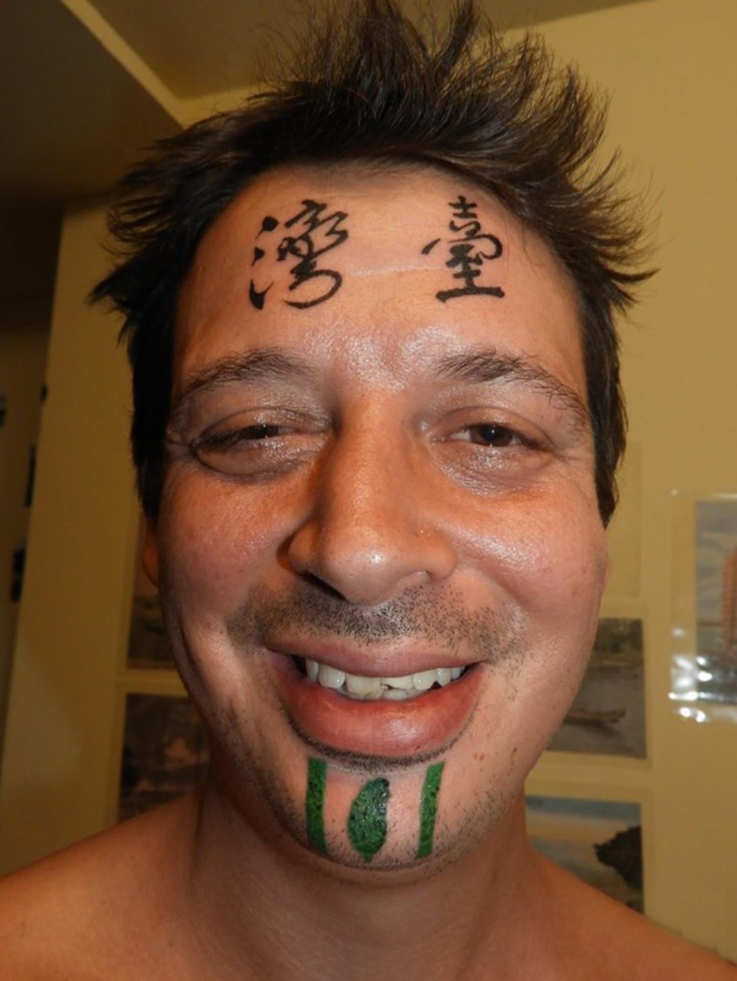 Пол Фиррелл, Тайвань, Формоза, татуировка на лбу, китайские иероглифы, Гаосюн