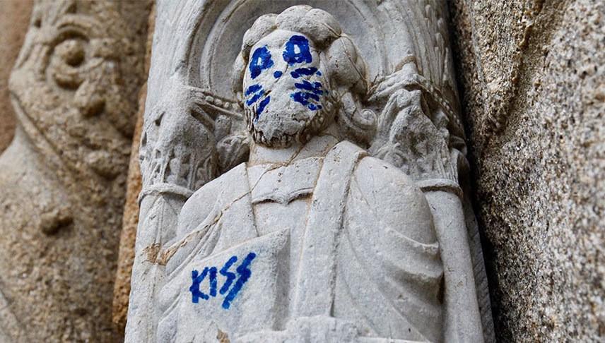 испания, католический собор, статуя святого, сантьяго-де-компостела, вандализм, человек-кошка, группа kiss, барабанщик