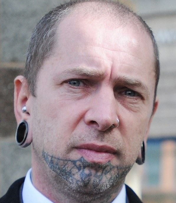 Доктор Зло, Брендан МакКарти, бодимодификации, раздвоение языка, удаление сосков, эльфийские уши