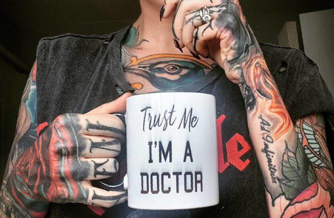 врач с татуировками, татуированный врач, сара грэй, идиоты, sarah gray, австралия, тату-модель, девушка с татуировками