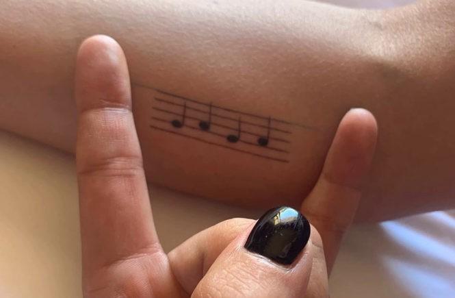 татуировки леди гаги, леди гага, lady gaga, татуировки звезд, татуировки знаменитостей, нотный стан, татуировки ноты
