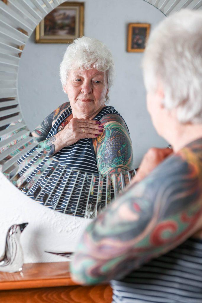 татуировки в старости, татуированная бабушка, удаление татуировок, пластический хирург, пенсионерка, пенсия, гордость, великобритания