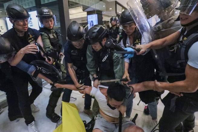 сингапур, маленькая татуировка, черно-белая татуировка, полицейская проверка, татуировка с цветами, дотворк, дотворк цветы, dotwork