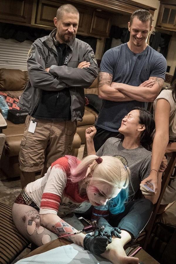 Марго Робби делает татуировки на съемках фильма
