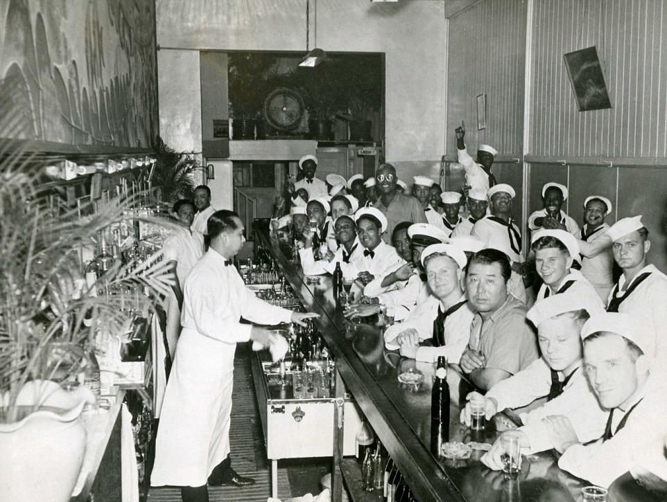 Американские моряки в баре на Гавайях