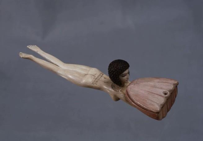 плывущая девушка с цветком лотоса
