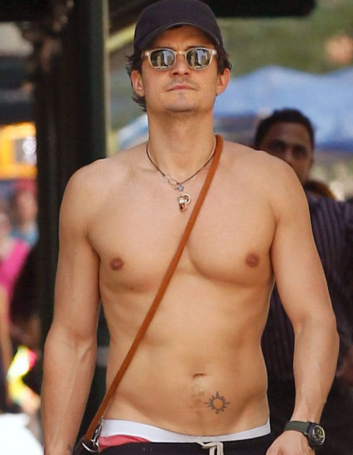 Орландо Блум, татуировка солнца на животе