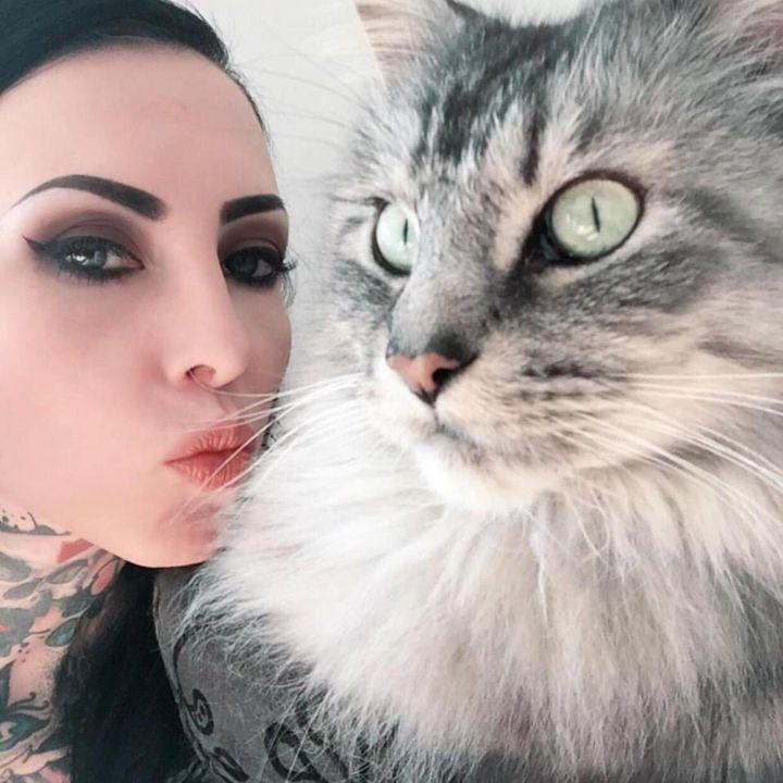 татуировка мейн-куна на модели по имени Макани Террор