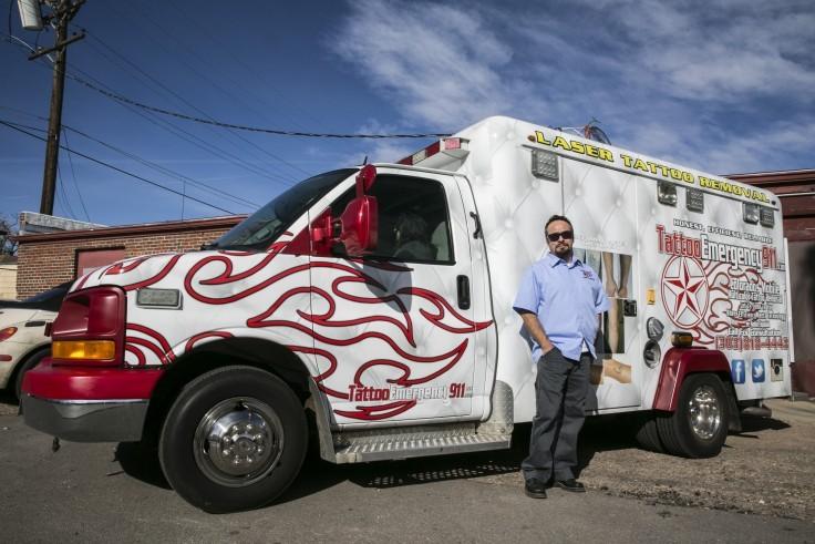 Фургон скорой тату-помощи Tattoo Emergency 911 с владельцем