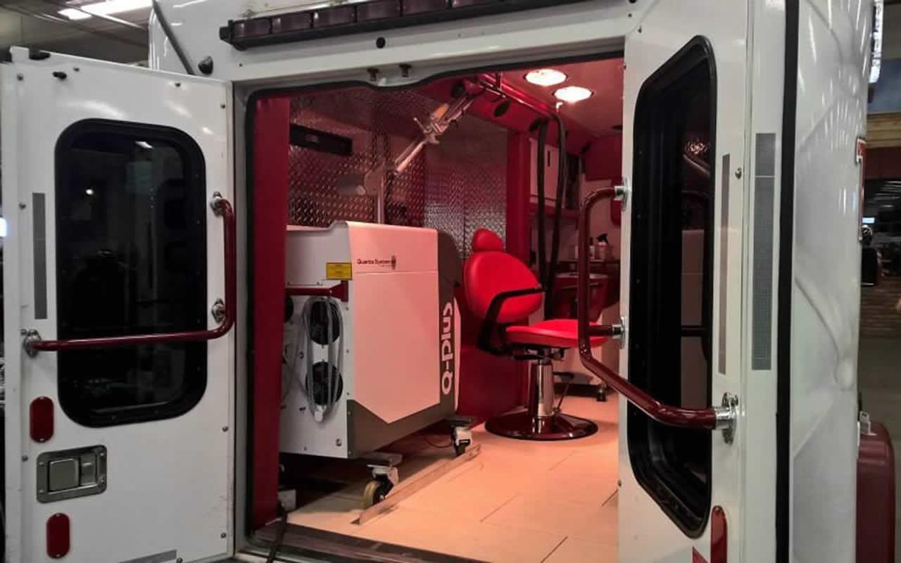 Вид интерьера кареты скорой тату-помощи Tattoo Emergency 911 изнутри
