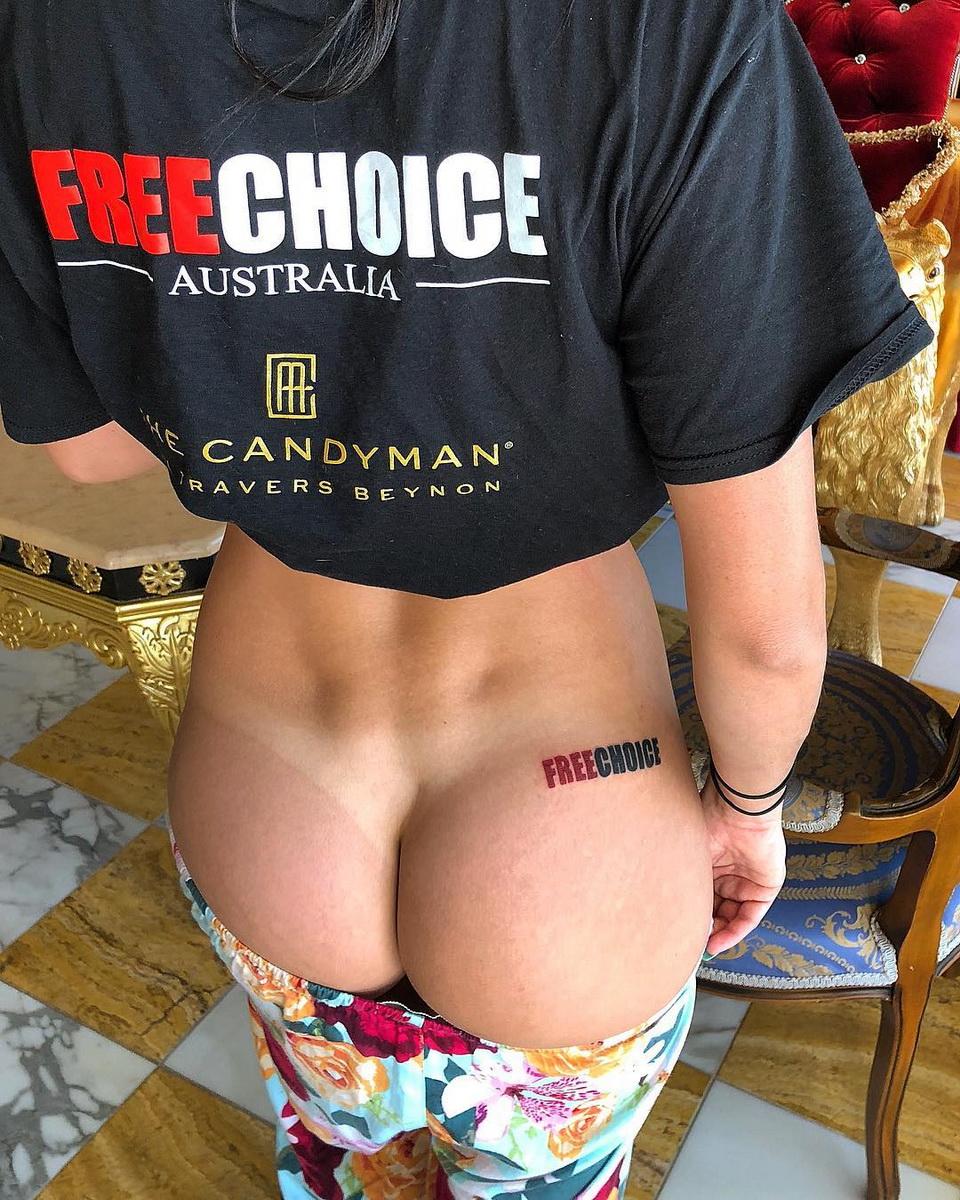 девушка с татуировкой FreeChoice на ягодице