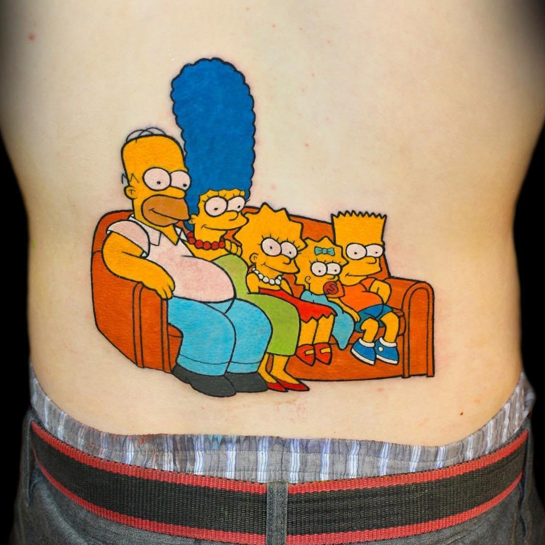 Татуировка с героями мультсериала Симпсоны на диване
