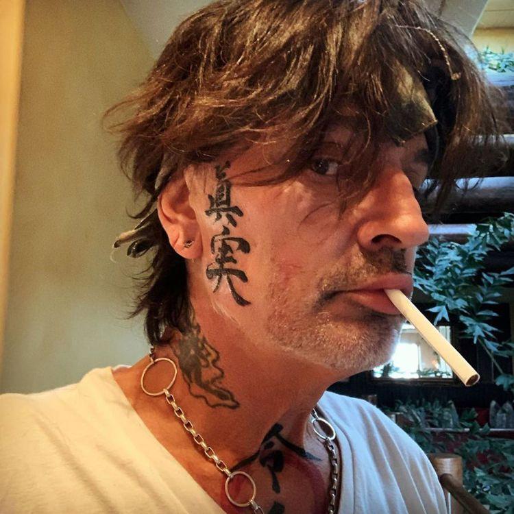 татуировка японские иероглифы на лице Томми Ли