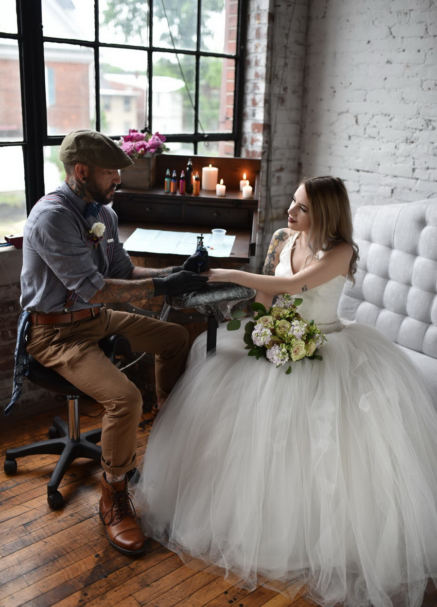 свадебный татуировщик делает татуировку невесте