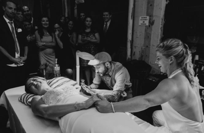 Свадебный татуировщик Роберт Фиоре за работой
