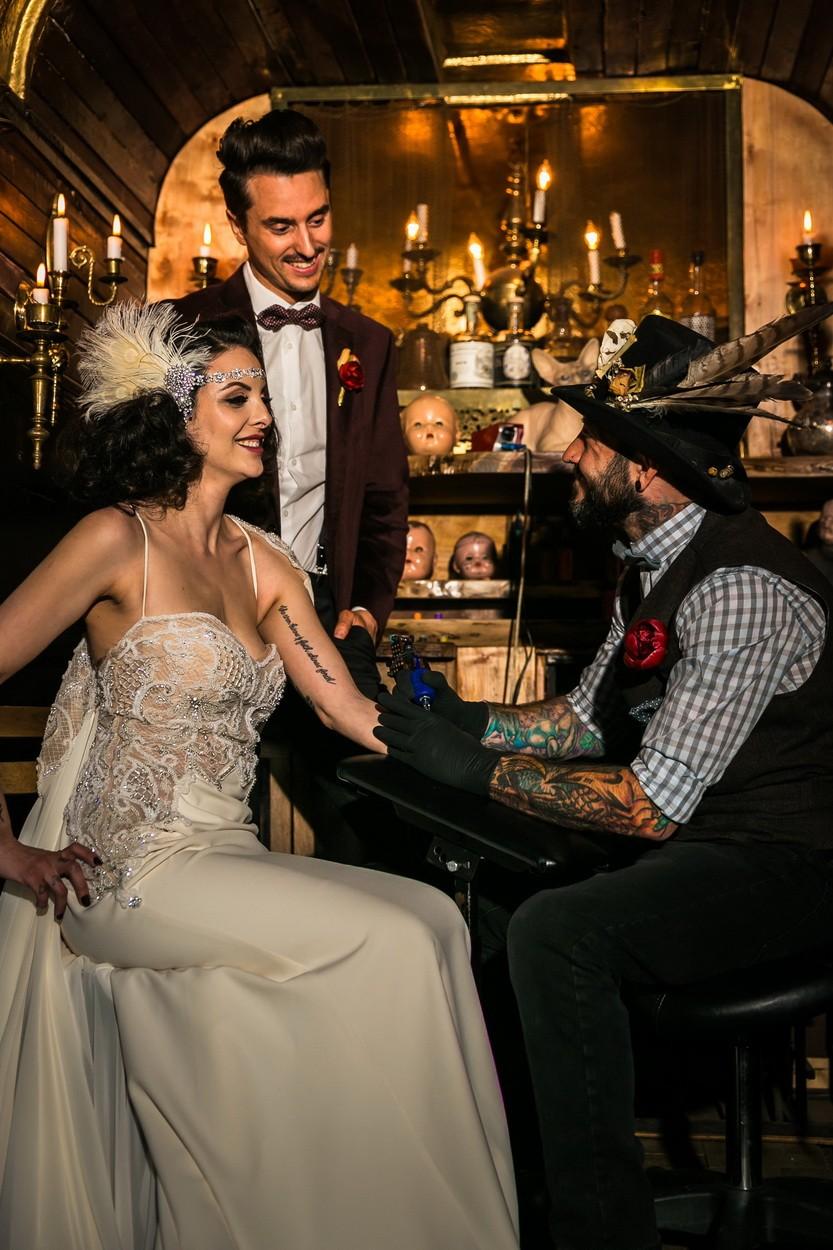 свадебный татуировщик за работой