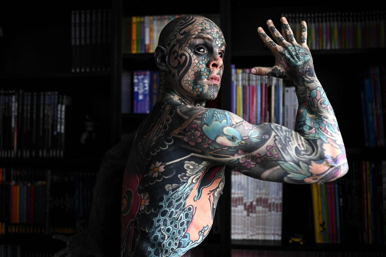 учитель из франции в татуировках