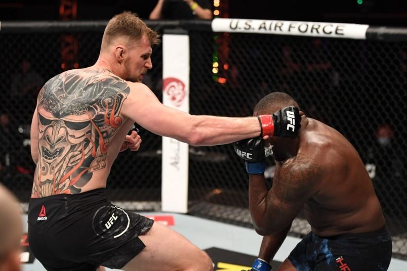 бой UFC в октагоне Александр Волков
