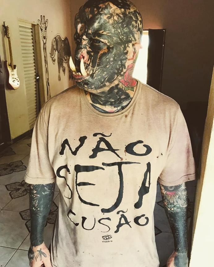 Орк - мастер татуировки из Бразилии с клыками