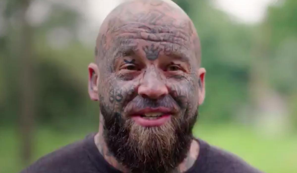 татуировка 88 на лице участника телешоу Лучший Плотник Британии