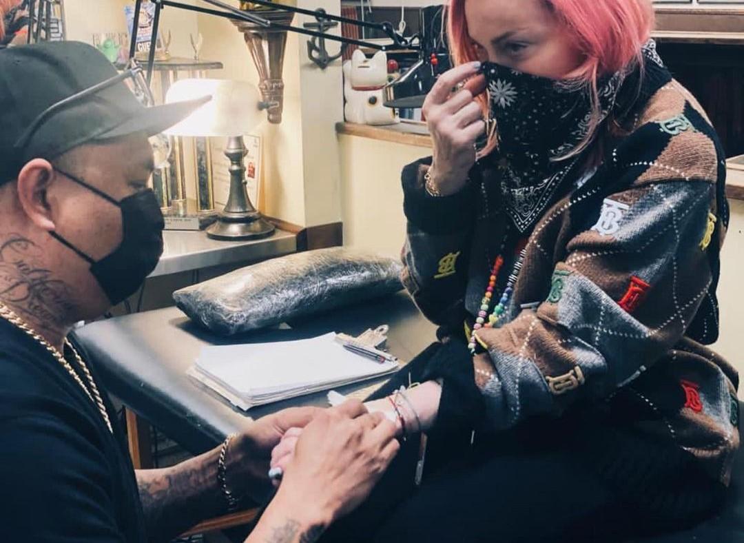 Мадонна делает татуировку