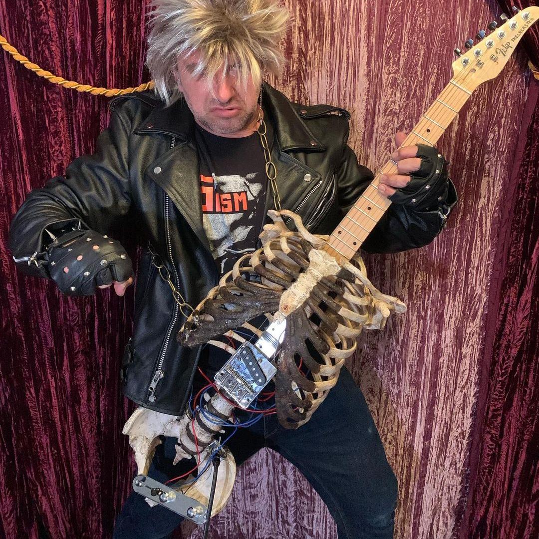 гитара из человеческого скелета