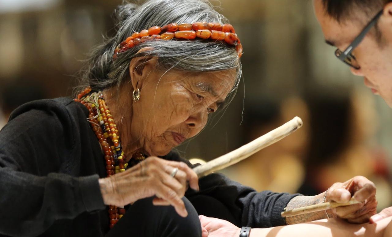 Ванг Од делает традиционные татуировки